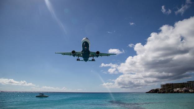 Flugzeug über Urlaubsdestination