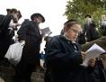Jüdisch-orthodoxe Männer und Buben an der Kettenbrücke in Budapest, Ungarn