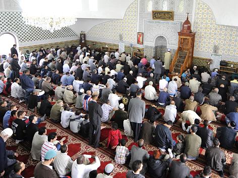 Betende in der Moschee in Wien-Floridsdorf