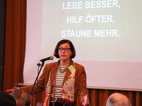Sue Schwerin von Krosigk, Organisatorin der Sunday Assembly Berlin bei einer Sonntagsversammlung
