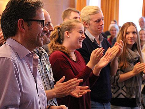 Besucher der Sunday Assembly Berlin applaudieren