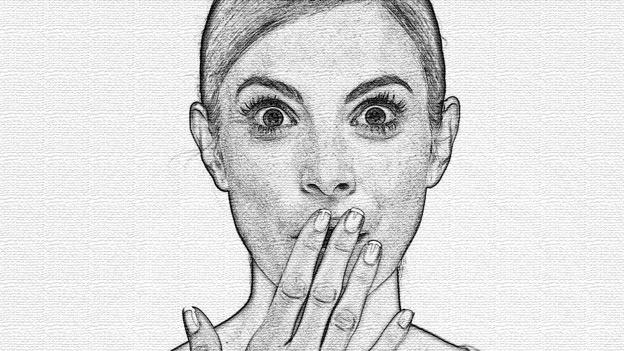 Eine Frau hält die Hand vor den Mund