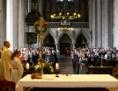 Kirchentotale während einer Messe mit Blick auf die Gemeinde