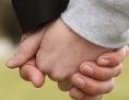 Ein Mann und eine Frau reichen sich die Hand