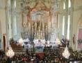 Kirchentotale Richtung Altar während einer Messe