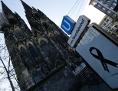 Der Kölner Dom und ein Plakat, das mit einer schwarzen Trauerschleife verhängt ist