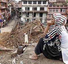 Zerstörte Häuser in Nepal und eine weinende Frau