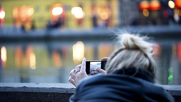 Frau fotografiert Stadt