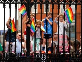 Referendum zur Homosexuellenehe in Irland: Kinder schwenken Fahnen