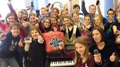 Viele Schulkinder in der Musikhauptschule Blindenmarkt mit der Ö3-Wundertüte