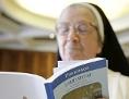 Nonne liest in Laudato Si Enzyklika von Papst Franziskus