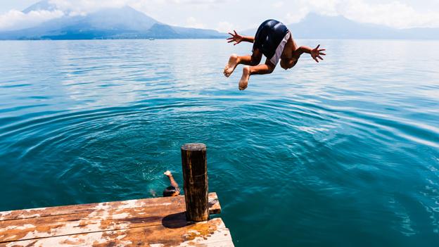 Bub springt in einen See