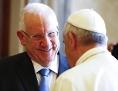 Israels Präsident Reuven Rivlin und Papst Franziskus (von hinten)