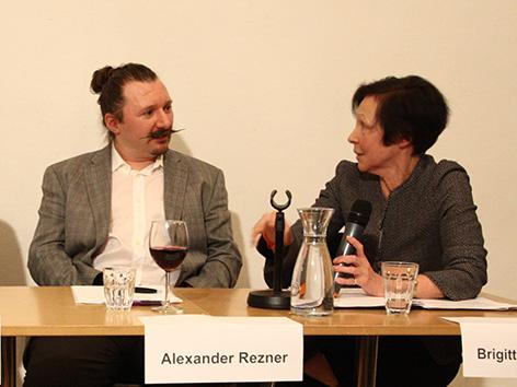 Alexander Rezner von der Atheistischen Religionsgesellschaft in Österreich (links) mit Brigitte Schinkele bei einer Diskussionsrunde im Wiener Depot