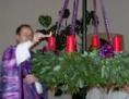 Pfarrer Werner Grad beim Entzünden der ersten Kerze am Adventkranz