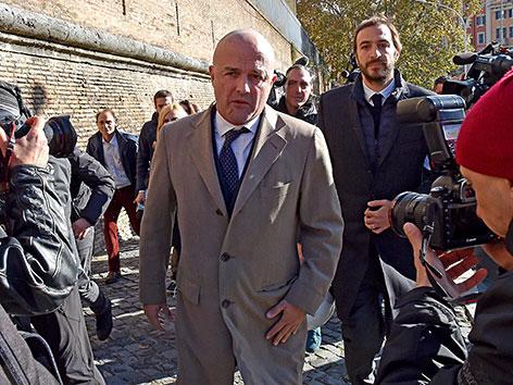 Gianluigi Nuzzi (li.) und Emiliano Fittipaldi auf dem Weg zu ihrem Prozess im Vatikan