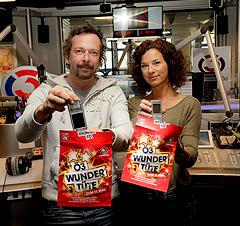 Sandra König und Robert Kratky mit der Ö3-Wundertüte