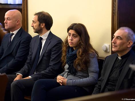 (V. li. n. re.:) Gianluigi Nuzzi, Emiliano Fittipaldi, Francesca Chaouqui und Prälat Angelo Lucio Vallejo Balda zum Prozessauftakt im Vatikan