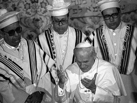 Papst Johannes Paul II. mit drei Rabbis nach seinem Besuch als erster Papst in einer Synagoge am 13.4.1986