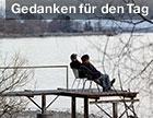 Ein Paar an einem See