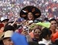 Jugendliche jubeln Papst Franziskus in Morelia, Mexiko, zu