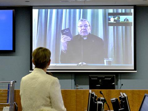 Kardinal George Pell auf einer Videoleinwand