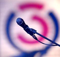 Ein Mikrofon vor einem Ö3-Logo.