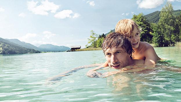 Vater und Sohn beim Schwimmen