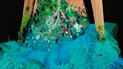 Detailansicht eines Kleides der achten Show.
