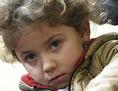 Ein Mädchen, ein Flüchtlingskind spielt mit Bauklötzen