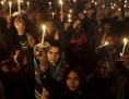 Pakistan, Frauen mit Kerzen in der Hand