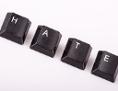 """Aus Tastaturbuchstaben wurde Wort """"Hate"""" geformt."""