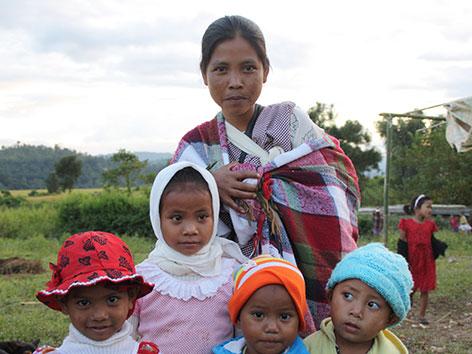 Mutter in Indien mit ihren Kindern