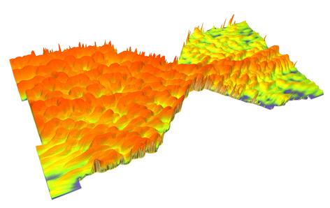 Eine Elektronenwelle schwappt durch eine Engstelle im Graphen.