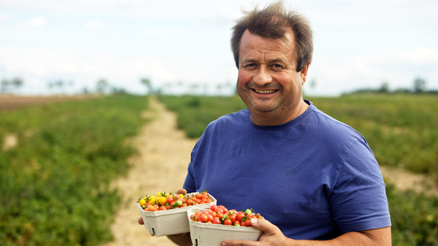 Erich Stekovics mit Tomaten in der Hand