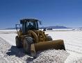 Bagger in einer Salzwüste in Bolivien