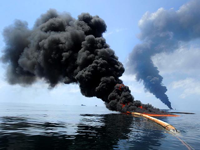 Dunkler Rauch, brennendes Öl auf der Meeresoberfläche
