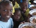 Mary's Meals: Kinder beim Essen der von Mary's Meals zur Verfügung gestellten Mahlzeit.