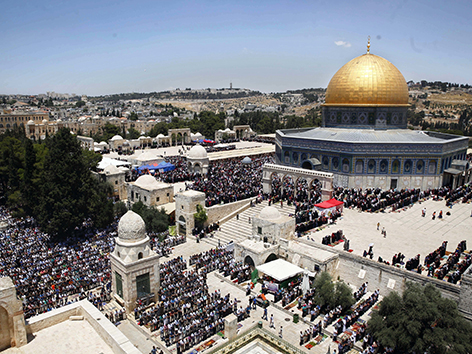 Blick auf den Tempelberg und die Al Aksa-Moschee mit tausenden gläubigen Muslimen im Ramadan