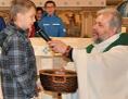 Pfarrer interviewt im Gottesdienst ein Kind