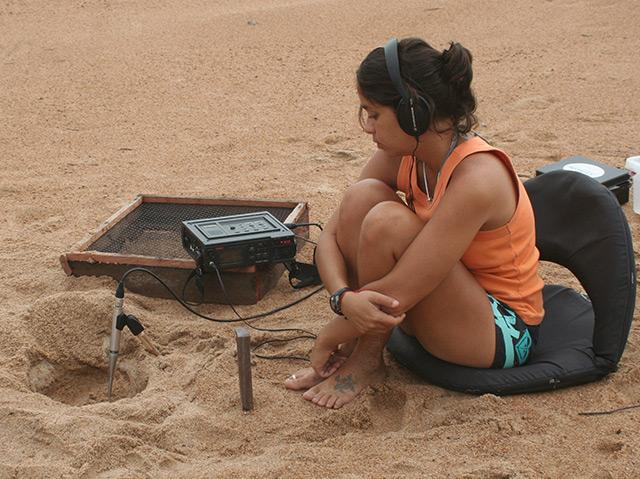 Camila Ferrara bei der Arbeit am Amazonas