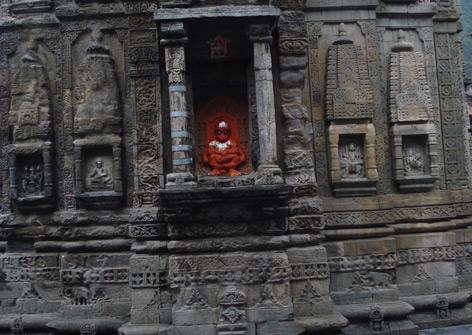 Beschädigte Säule am Lakshi Narayan Tempel