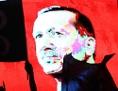 Abendliche Demonstration in der Türkei, im Hintergrund: ein überdimensionales Portrait von Recep Tayyip Erdogan