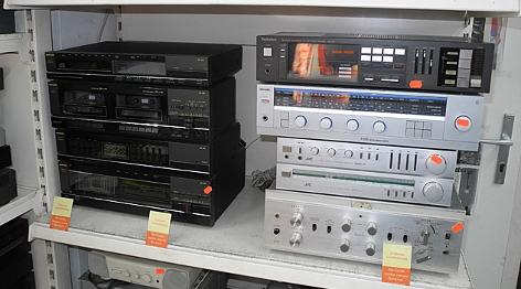 Stereoanlagen warten in einem Regal auf ihre Reparatur