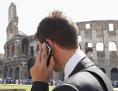 Mann telefoniert vor dem Kolosseum in Rom