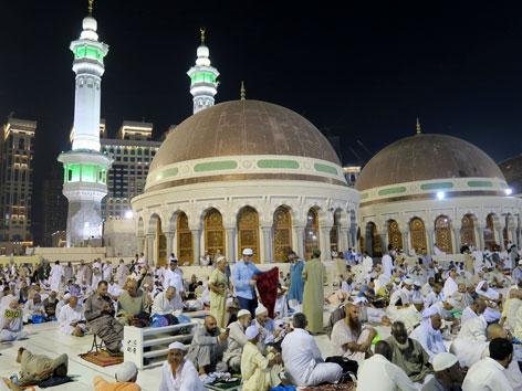 Pilger vor der großen Moschee in Mekka
