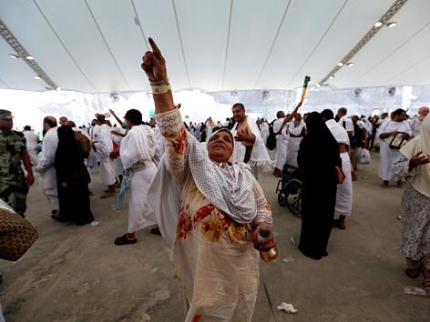 Pilger in Mekka werfen Steine auf drei Säulen, die den Teufel symbolisieren