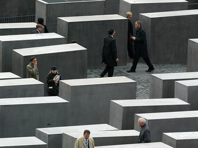 Besucher wandern durch die Stelen des Holocaustdenkmals in Berlin
