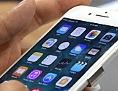 Eine Kunde probiert das neue iPhone 7 aus