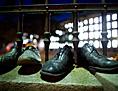 Schuhe stehen auf einer Mauer